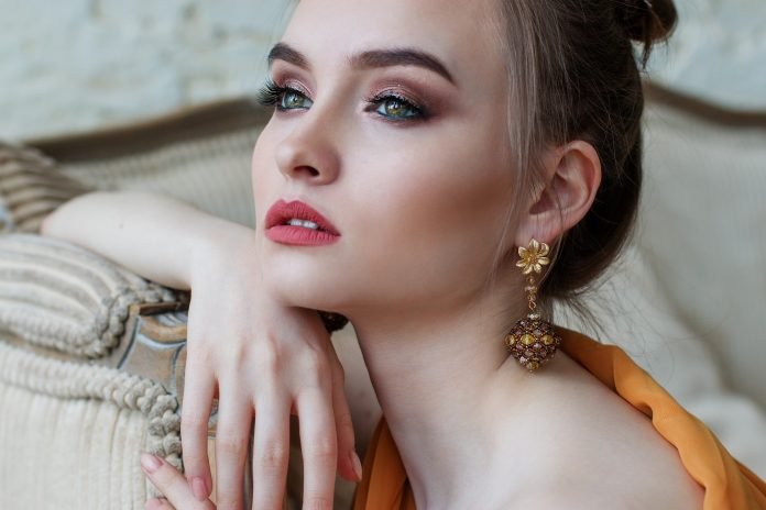 How To Flaunt Your Beauty By Using The Kundan Earrings?